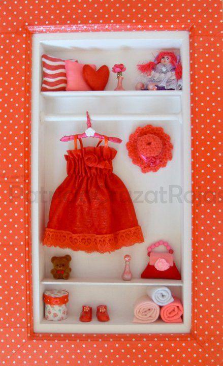 Ropero Niña en rojo con miniaturas