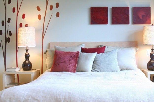 Camera con quadretti e decorazioni - Idee per arredare la camera da letto decorando le pareti con stickers e quadri.