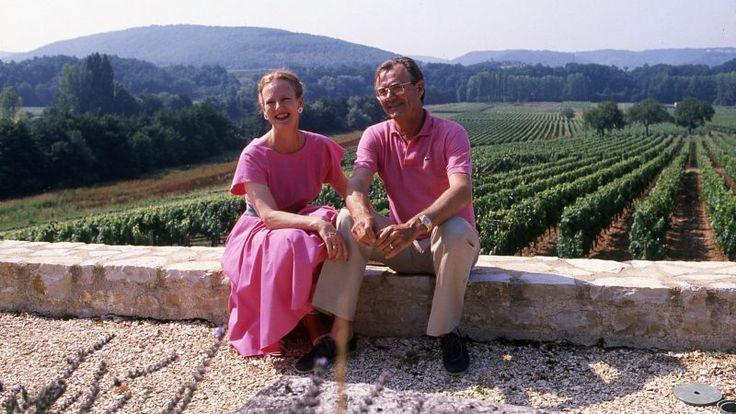 I sommeren 1988 besøger BILLED-BLADET regentparret på vinslottet i Caix. Her nyder dronning Margrethe og prins Henrik hinanden, naturen og en god flaske vin. Parret købte stedet i 1974 og satte det i stand for et millionbeløb. I 1988 er de unge prinser voksne og gamle nok til at passe sig selv, imens mor og …