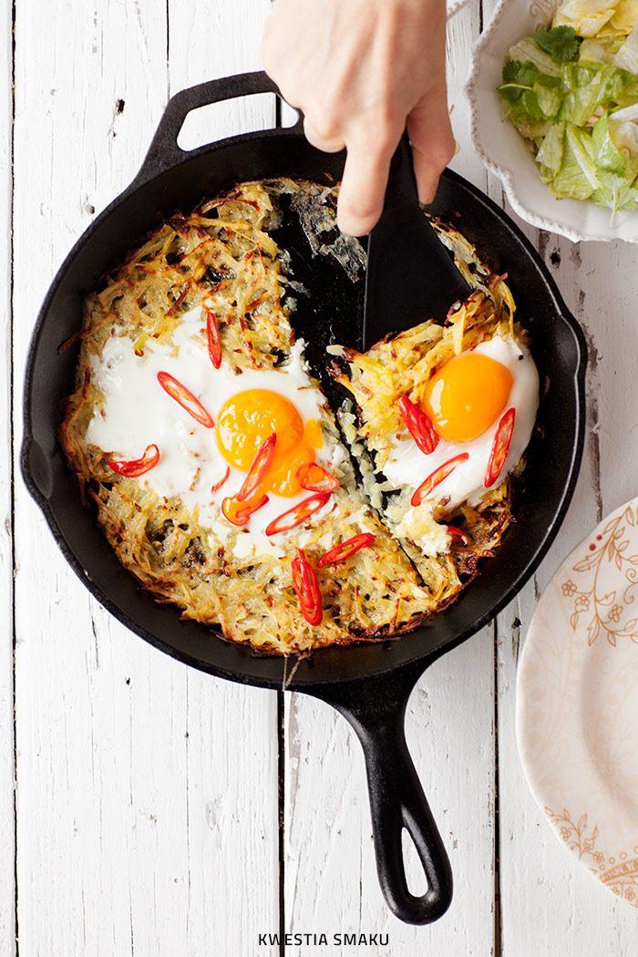 Pieczony placek ziemniaczany z jajkami i chili