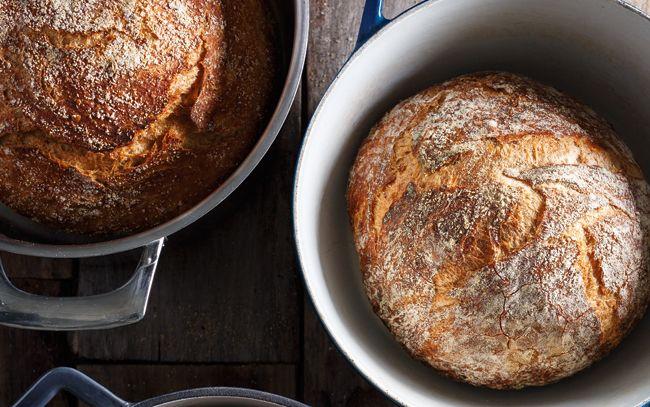 """Du pain maison comme à la boulangerie, c'est possible! Jetez un coup d'oeil à notre technique sans pétrissage, et sans faille. <p>Essayez nos recettes!</p> <p><a href=""""http://www.ricardocuisine.com/recettes/6623-pain-blanc"""">Pain blanc</a></p> <p><a href=""""http://www.ricardocuisine.com/recettes/6625-pain-aux-grains-entiers"""">Pain aux grains entiers</a></p> <p><a href=""""http://www.ricardocuisine.com/recettes/6624-pain-multigrains"""">Pain multigrains</a></p>"""