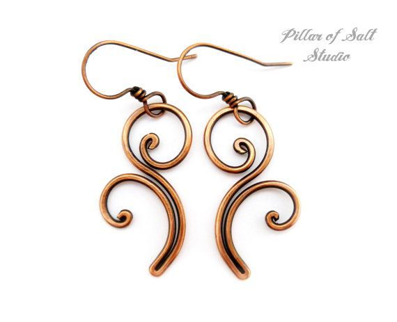 copper dangly earrings - hammered scroll work  Pendientes de cobre sólidos de alambre envuelto pendientes