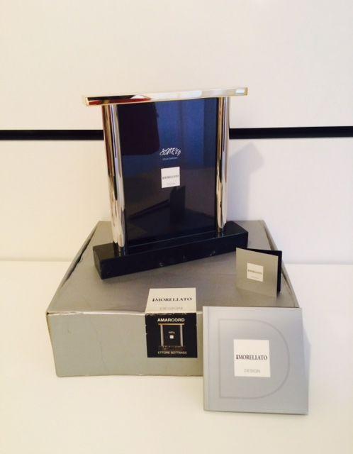"""Ettore Sottsass Jr. voor Morellato Amarcord - dubbel zijdig fotokader in goud 18Kt afwerking en marmeren  Ettore Sottsass Jr. voor Morellato ontwerp""""Amarcord"""" fotolijstjes dubbelzijdig.Deze collectable postmoderne fotolijst genaamd """"Amarcord"""" werd ontworpen door Ettore Sottsass voor de zeldzame en zeer gelimiteerde serie Morellato ontwerp in Italië.Het is gemaakt van messing met een afwerking van de 18KT goud chroom en een marmeren basis.Dit item is in uitstekende staat en met inbegrip van…"""