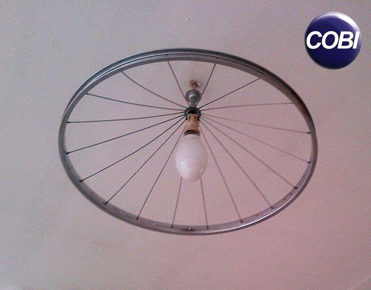 Janta unei roți de la bicicletă se poate transforma într-o lustră șic.