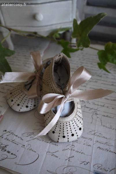 Anciennes chaussures de bébé Brocante de charme atelier cosy.fr