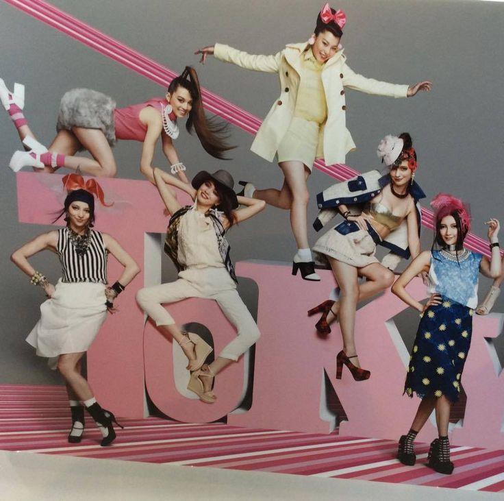 TOKYO GIRLS COLLECTION (TGC) to jedyne w swoim rodzaju pokazy mody organizowane dwa razy do roku w Tokio - o ich wyjątkowości stanowi nie blichtr i artystyczny przepych haute-cuture, ale przystępność prezentowanych kolekcji. Widzowie mogą nawet od razu zakupić ubrania, które modelki prez