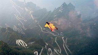 Nicht ohne meine Helmkamera: ein Wingsuit-Flieger beim Sprung vom Tianmen Mountain in der chinesischen Provinz Hunan.