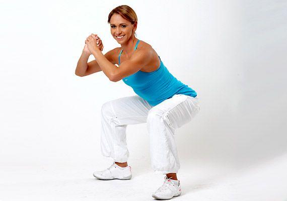 Guggolás váltott lábemeléssel. Helyezkedj el a vállszélességűnél kicsit szélesebb terpeszben, a lábfejek legyenek kicsit nyitva, a hátadat tartsd egyenesen. Ezután engedd le a testsúlyodat, ügyelve a térd és derék pozíciójára.