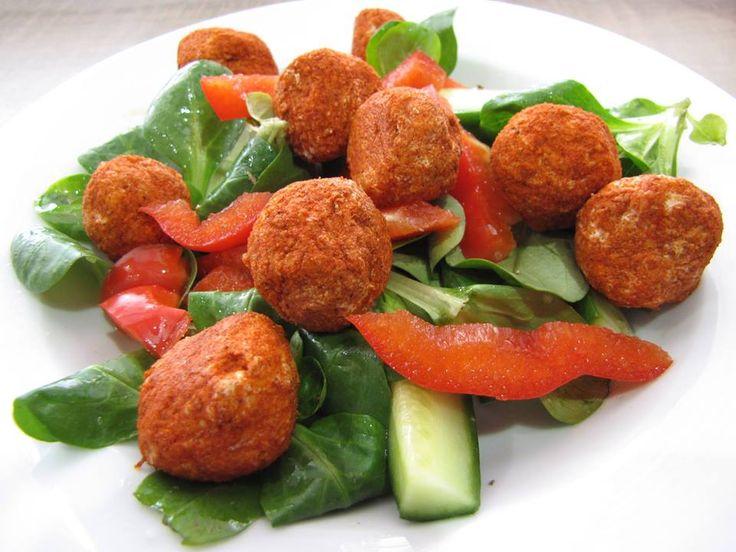 Zvířatkový den - Sýrové kuličky na zeleninovém salátu: 100g uzeného 30% eidamu nastrouhat na jemno 1/2 kelímku tvarohu sůl, pepř, malý stroužek česneku, trochu koření zaziky- vše smíchat, udělat kuličky a obalit v mleté paprice. Odleželé jsou lepší... K dokonalosti bych to obalila do jemně nasekané pažitky,