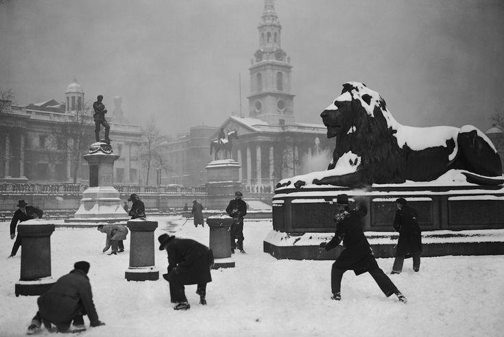 Battaglia a palle di neve a Trafalgar Square nel 1931.