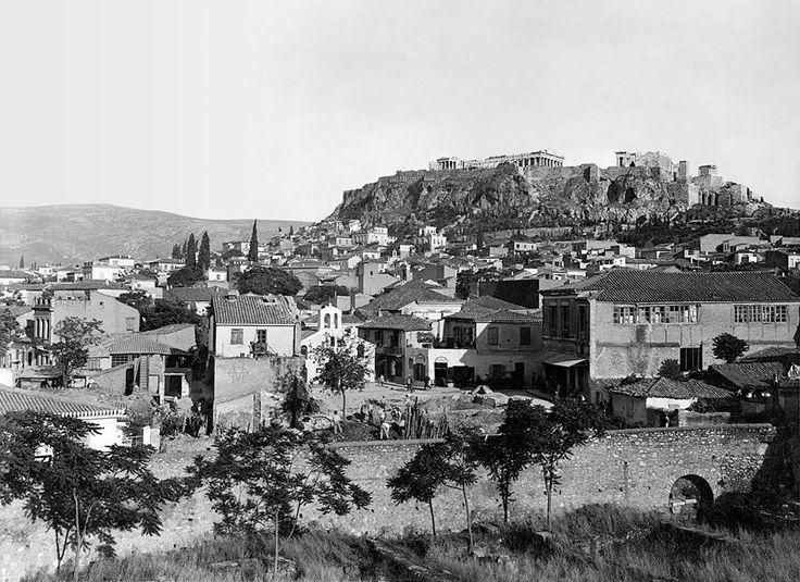 Αθήνα, 25 Μαΐου 1931, πρώτη ημέρα των ανασκαφών στην Αρχαία Αγορά, στην πλατεία της συνοικίας της Βλασσαρούς μπροστά από την ομώνυμη εκκλησία