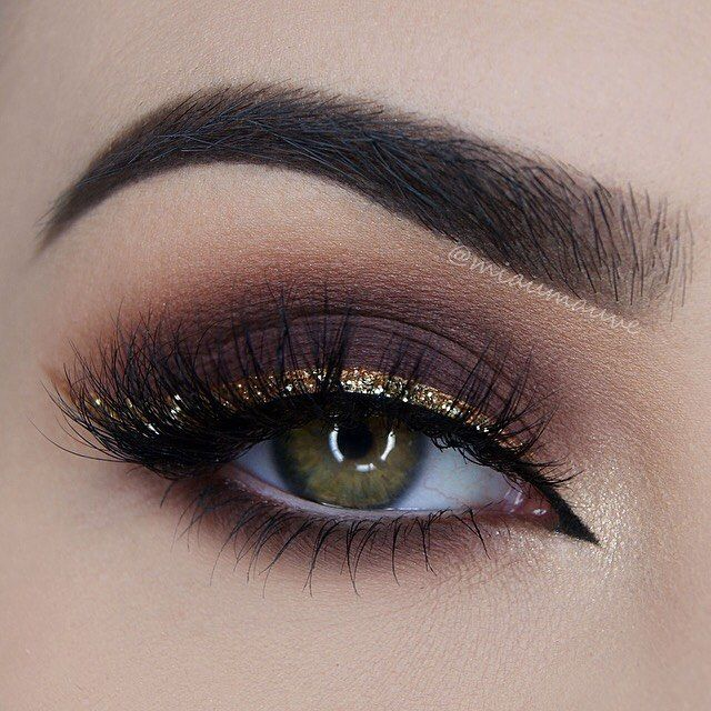 ✨ @toofaced Chocolate Bar Palette (Salted Caramel, Semi-Sweet, Cherry Cordial), Creme Brulee eyeshadow as liner mixed with @inglot_cosmetics Duraline with @certifeye Glitter in Gold on top, @sweetheartlashes in Charlotte, @tartecosmetics Lights, Camera, Flashes mascara, Tarteist Clay Paint Liner  Brushes used: @zoevacosmetics Complete Eye Set Brows: @anastasiabeverlyhills Dipbrow in Dark Brown, @sigmabeauty Brow Powder in Medium…
