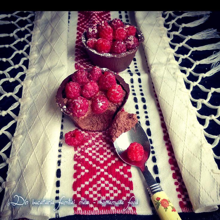 Cupe de ciocolata cu mousse de zmeura/ciocolata ~ Cup chocolate raspberry mousse / chocolate
