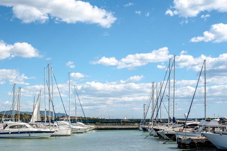 """Nuvole, """"alberi"""", mare e cielo blu. #portodellamaremma"""