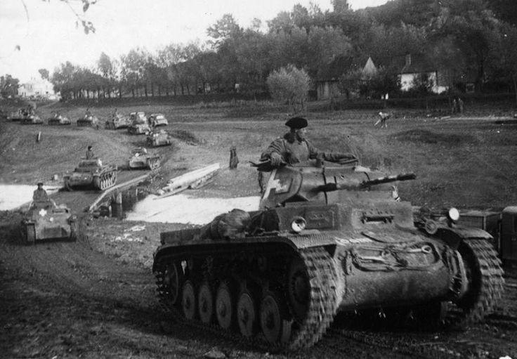 https://flic.kr/p/vXGAh1 | Panzerkampfwagen II (2 cm Kw.K. 30 L/55) Ausf. ? (Sd.Kfz. 121) | Nous serions en Pologne le 26 septembre 1939. Une colonne de la Panzerwaffe constituée de Panzer I et Panzer II s'étire à l'horizon.