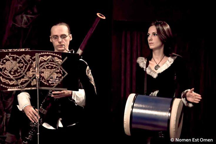 Nomen Est Anca bate toba mare, ţinând fundamentul ritmico-armonic, alături de fagotistul Cristian Sâpcu.