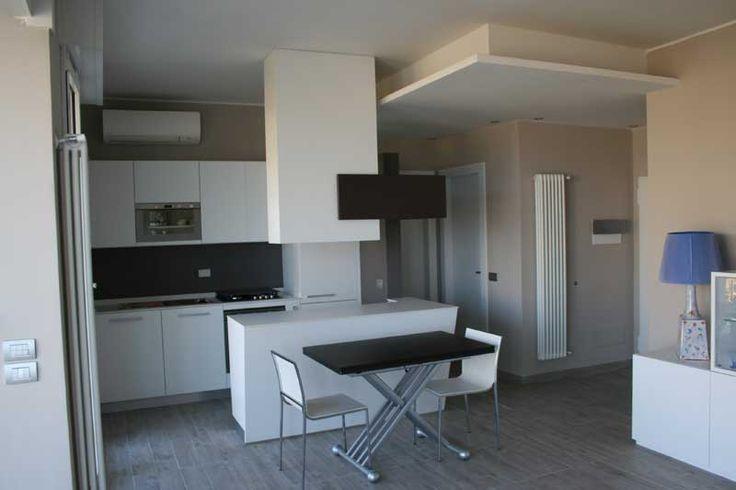 Cucina moderna su misura con isola centrale in laccato bianco --> http://ow.ly/SEqis