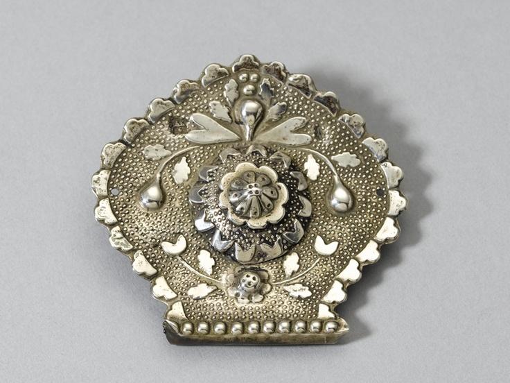Vijfhoekige zilveren oorijzerknop, met in het midden een bolle bloem; cap brooch, part of traditional head dress, Friesland, the Netherlands, 1860-1890