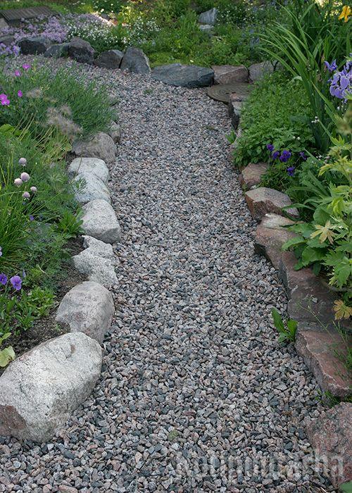 Erilaisia luonnonkiviä ja samansävyistä sepeliä yhdistämällä syntyy luonteikas pihapolku.
