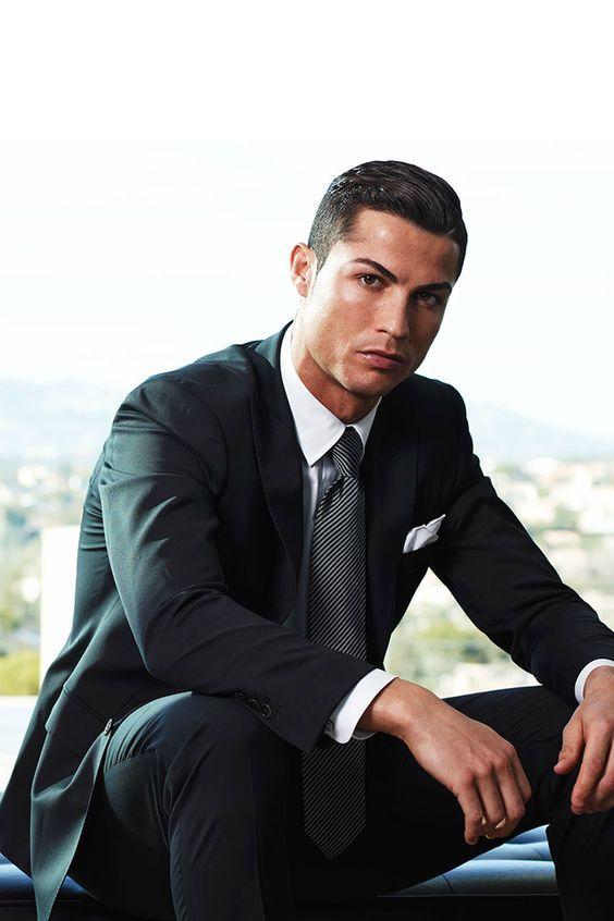 Cristiano Ronaldo, de costume e gravata, em look social, mostra seu estilo.