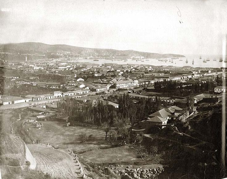 [Valparaíso] [Fotografía] [Rafael Castro y Ordóñez]. Vista de paisaje de la Bahía de Valparaiso ; plano general. Hasta la línea del agua se extienden parcelas arboladas y superficies urbanizadas observándose la línea de un camino, que corta el terreno ; al fondo, el mar salpicado. Valparaíso (Chile) http://aleph.csic.es/F?func=find-c&ccl_term=SYS%3D000002373&local_base=ARCHIVOS