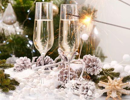 Snart är det dags att slå klackarna i taket på årets sista fest! Har du fortfarande inte spikat menyn? Här kommer våra bästa tips!  Välkomstdrink Bubblor med smak av ananas....
