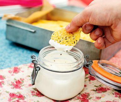 Enkla men lyxigt goda tilltugg till soppan eller drinken vid vilket festligt tillfälle som helst! Passar lika fint till nyårsfirandet som på midsommarafton. Västerbottenschipsen görs genom att riven ost bakas till frasiga guldgula chips.