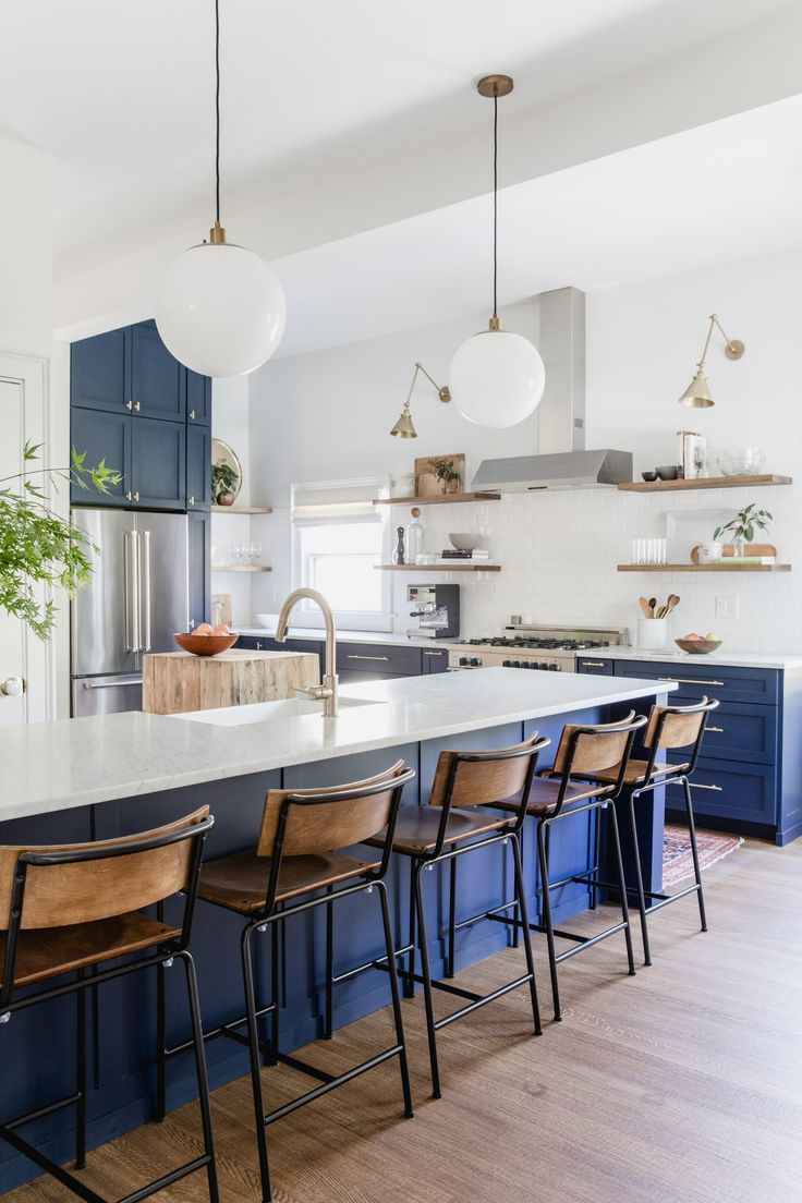How to choose the right bar stools for your kitchen island or peninsula. // navy blue kitchen, wood and metal bar stools, blue and white kitchen