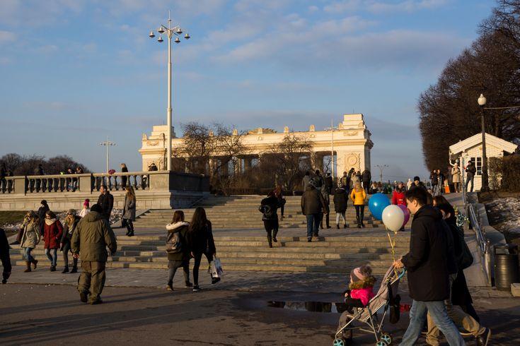 Фото парка имени Горького в Москве весной 2017 года. Фотографии парка, видео ролик весеннего парка. Весна в Москве - весенний парк.
