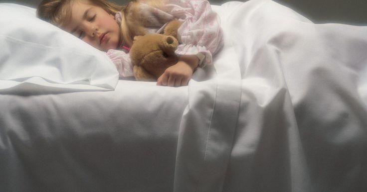 Como ensinar uma criança a dormir até mais tarde. As crianças que acordam antes do galo cantar deixam seus pais esgotados. Se este cenário se repete todas as manhãs em sua casa, você não está sozinho. Acordar cedo é um problema de sono comumente relatado. Felizmente, é possível ajudar seu filho a dormir até mais tarde ou ficar na cama por mais tempo ao identificar o padrão de sono individual da ...