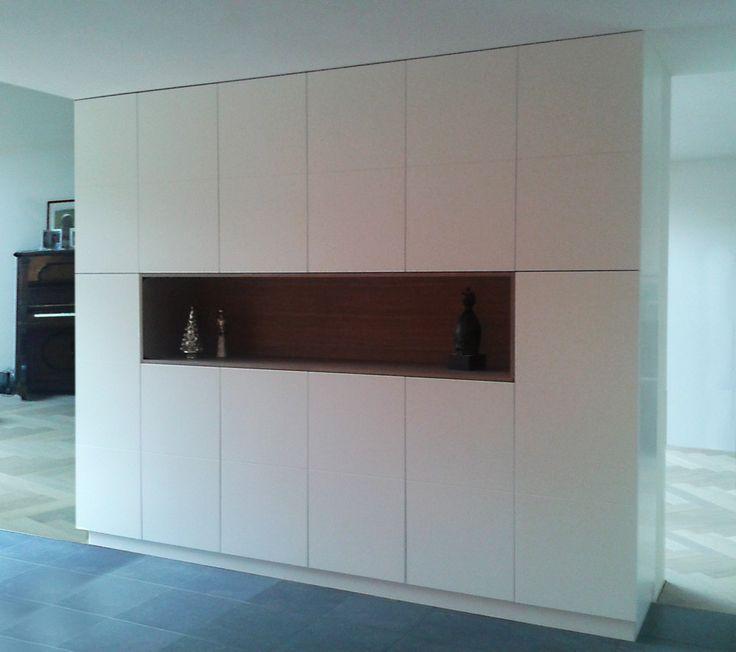 Deze op maat gemaakte kast is een praktische oplossing om de ruimte op te delen in een aparte woon- en eetkamer.