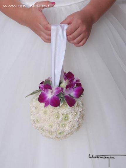 Ramo de santini blancos con perlas y orquídeas color púpura