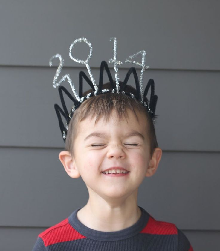 DIY: New Year's Eve Crown- all you need are pipe cleaners and a little creativity!