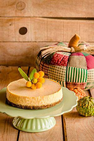Tarta de queso con calabaza, con base de galleta, sencilla y vistosa para Halloween. Receta paso a paso con fotografías de todo el proceso.