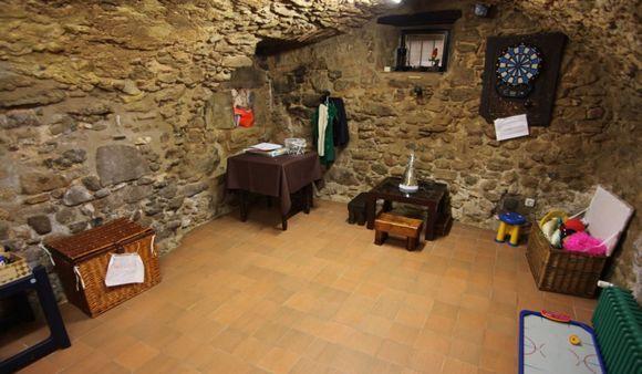 GIRONA Saus Camallera Llampaies Casa rura La Pallissa. Alojamiento rural dentro del complejo #Can_Gat_Vell, compuesto por 2 masías del siglo XVIII, restauradas. Capacidad para 9 personas cuenta con 3 dormitorios, 3 baños, cocina, comedor, sala de estar y un pequeño patio. Además espacios comunes como #piscina, #sala_de_juegos para niños #futbolín, #mesa_ping_pong y #granja. Se pueden realizar #paseos_caballo, bicicleta #canoas, #vuelos_helicoptero o globo. A 17km #playas_Costa_Brava #Girona
