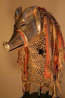 Les Chokwe utilisent une grande variété de masques, certains en bois d'autres réalisés en fibres. Ces masques interviennent lors de l'initiation des jeunes garçons, le mukanda. Le masque ngulu est le plus fréquent des masques zoomorphes. Représentant un cochon, le ngulu est généralement agrémenté de nombreux accessoires ...Ngulu se caractérise par un comportement erratique, vulgaire qui contraste fortement avec celui de Pwo.