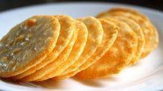 Para hacer unas riquísimas galletas de queso parmesano, lo primero que debemos hacer es poner en un bol la mantequilla al punto de pomada, es decir, batida hasta que esté cremosa, y el queso parmesano previamente rallado. Mezclamos bien.A continu...
