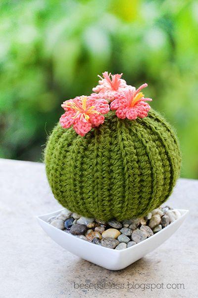 Ecco che ritornano i cactus amigurumi con la piccola novità del vaso (di plastica) e del terriccio (pannolenci) ricoperto di …