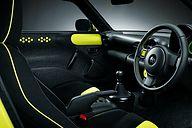 ドアトリムのカラーパネルやステアリングのステッチ、シートアクセントなどに蛍光色のイエローを起用。ヴィヴィッドな車内空間を演出している