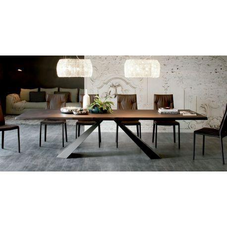 Eliot Wood, mesa de comedor de Cattelan Italia con sobre de madera natural con bordes irregulares y base en acero. Varios acabados. Moderna y muy elegante.