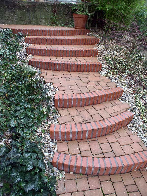 Stairs of old bricks - Garden design ideas - Design by Mirko Stijaković - www.kotaci.com - Treppen des alten Ziegelsteine - escalier de vieilles brique - scale di vecchi mattoni - escaleras de ladrillos viejos - лестницы старых кирпичей - 古いレンガの階段
