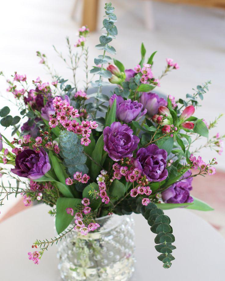 En lila dröm med fantastiska tulpaner, alstroemeria, vaxblomma och eukalyptus