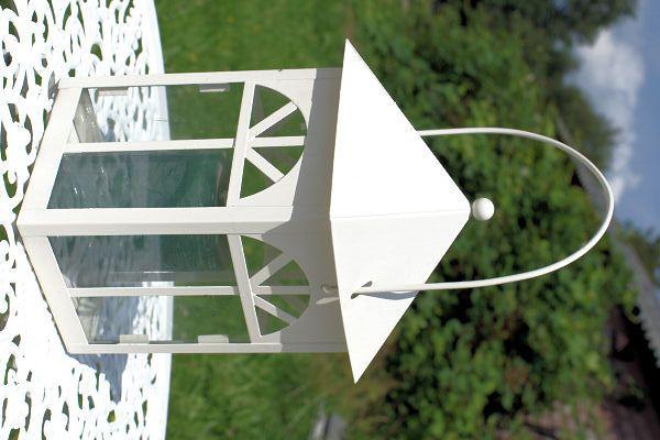 Witte lantaarn  Vierkante metalen witte lantaarn. Afmetingen: 14 x 14 x 27 cm.