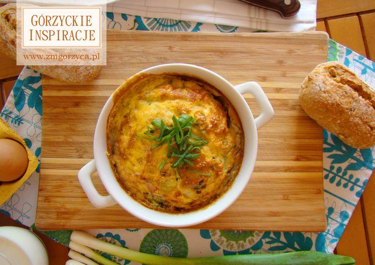 Wyśmienite śniadanie w stylu włoskim, ale z polskim akcentem. Połączenie jajek, szczypiorku, szynki i boczku, a wszystko zapiekane w piekarniku, daje naprawdę smaczny efekt http://zmgorzyca.pl/index.php/pl/kulinarny/sniadanie/309-frittata-soltysa