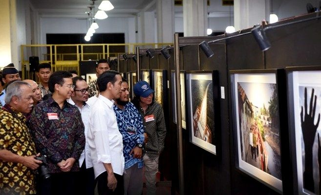 Pameran Foto Satu Tahun Pemerintahan Jokowi: yang Moto Nakal-nakal : Presiden Joko Widodo (Jokowi) menghadiri acara peresmian pembukaan pameran foto jurnalistik setahun kerja Jokowi-JK yang diselenggarakan oleh pewarta foto media massa n