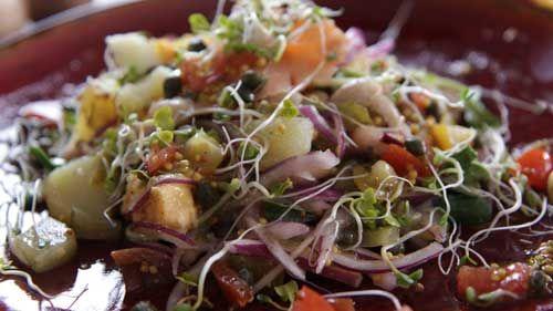 Sałatka z ziemniaków, czerwonej cebuli, miksu kiełków
