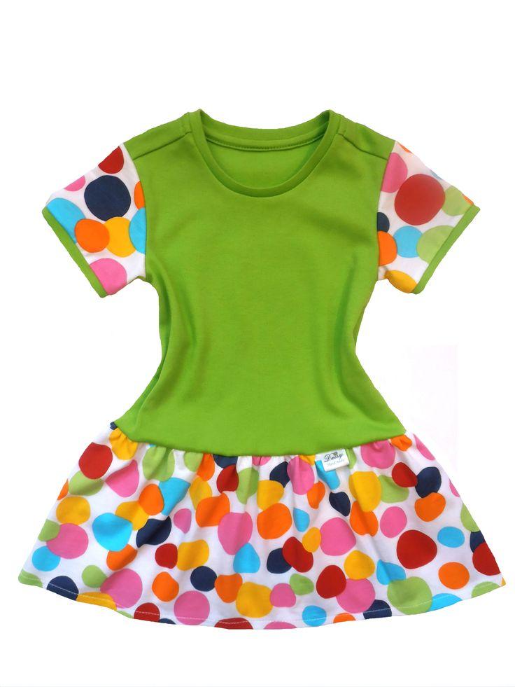 Dětské šaty zelené s puntíky.  Šaty jsou ušity z kvalitní, oboulícní, pružné bavlny, což je ideální materiál pro letní dny. Bavlna je měkká, savá a příjemná na dotek. Šatičky zdobí nabíraná a vzdušná sukýnka.