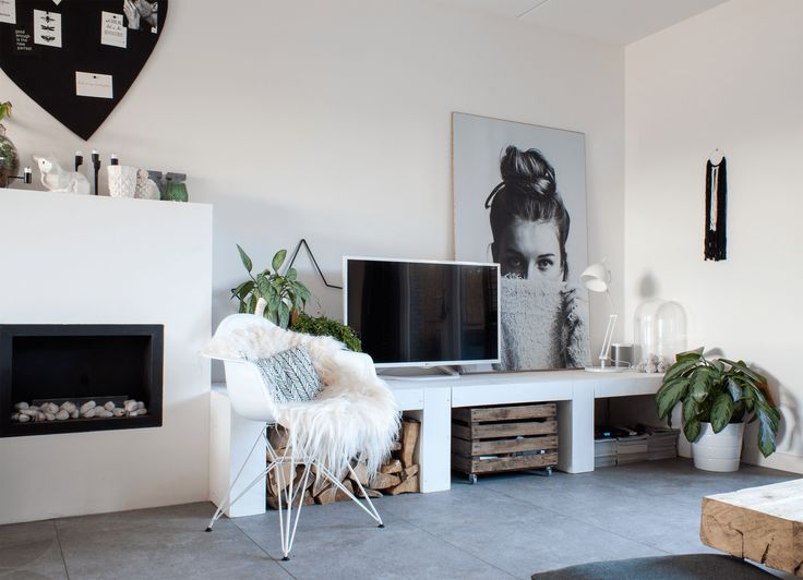 Ilse van Elleswijk and her husband Jasper have lived in this newly constructed house for a year and a half. Ilse felt this wall needed an extra-large eye catching element. She had fallen in love with this image by Via Martine, and DIYed a large print of it.