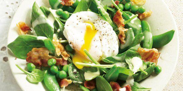 Lentegroene salade met gepocheerd ei