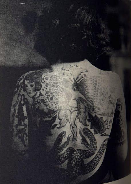 Los tatuajes para mujeres fue uno de los primeros movimientos de liberación femenina en los años 30's y 40's. Estas fotografías en blanco y negro son un testimonio de que los tatuajes old school siempre se verán geniales. Las sirenas, anclas, calaveras, corazones, golondrinas, estrellas y rosas son diseños que nunca pasarán de moda.